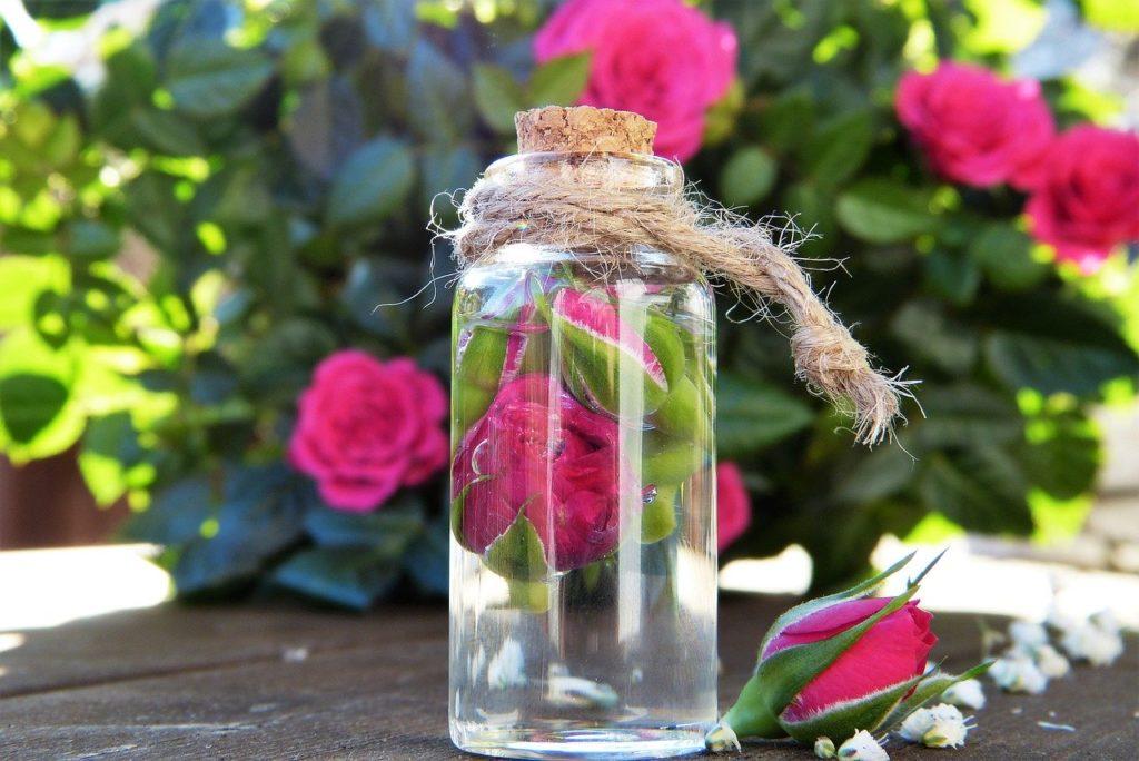Rosenwasser in der Glasflasche